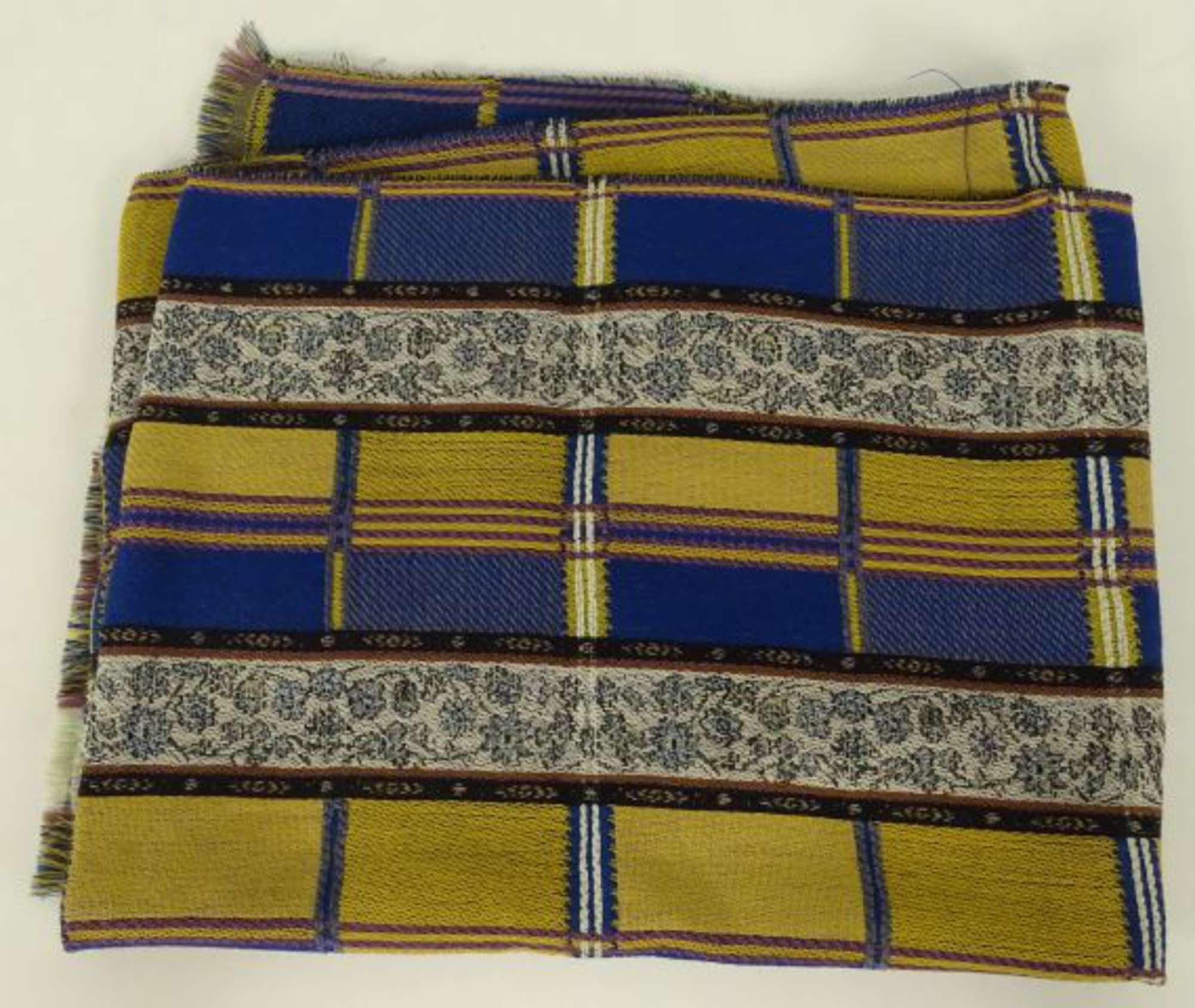 dd2c0f7f5da KENZO. Echarpe en laine à motifs de rayures jaunes et bleues.