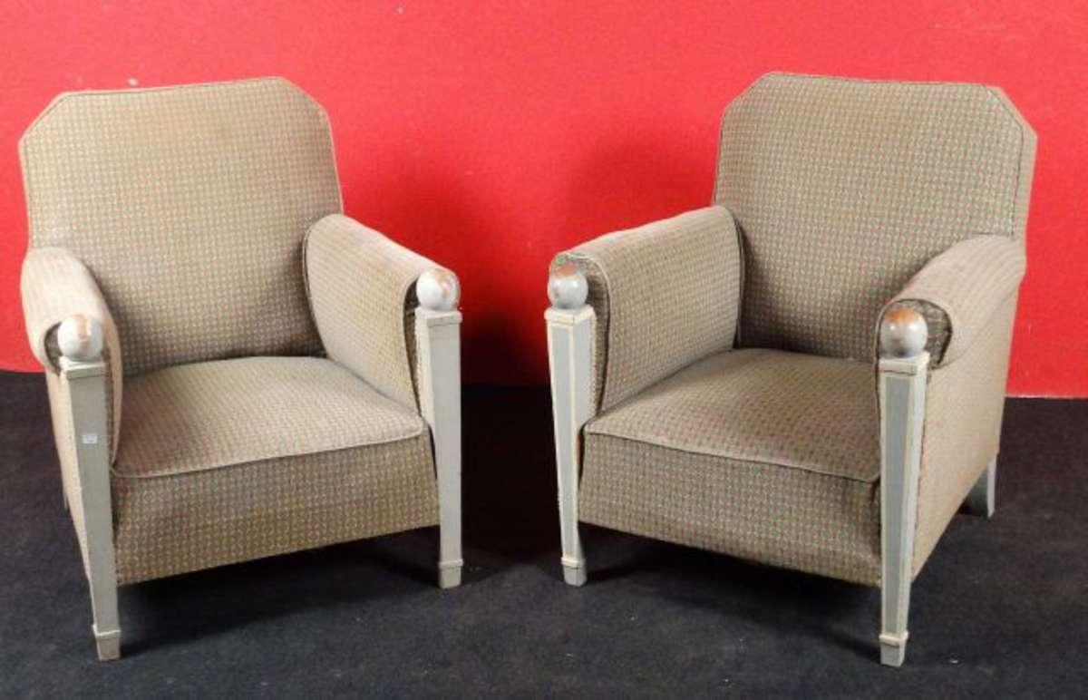 paire de fauteuils confortables les montants d 39 accotoirs de section carr et fusel s en bois. Black Bedroom Furniture Sets. Home Design Ideas