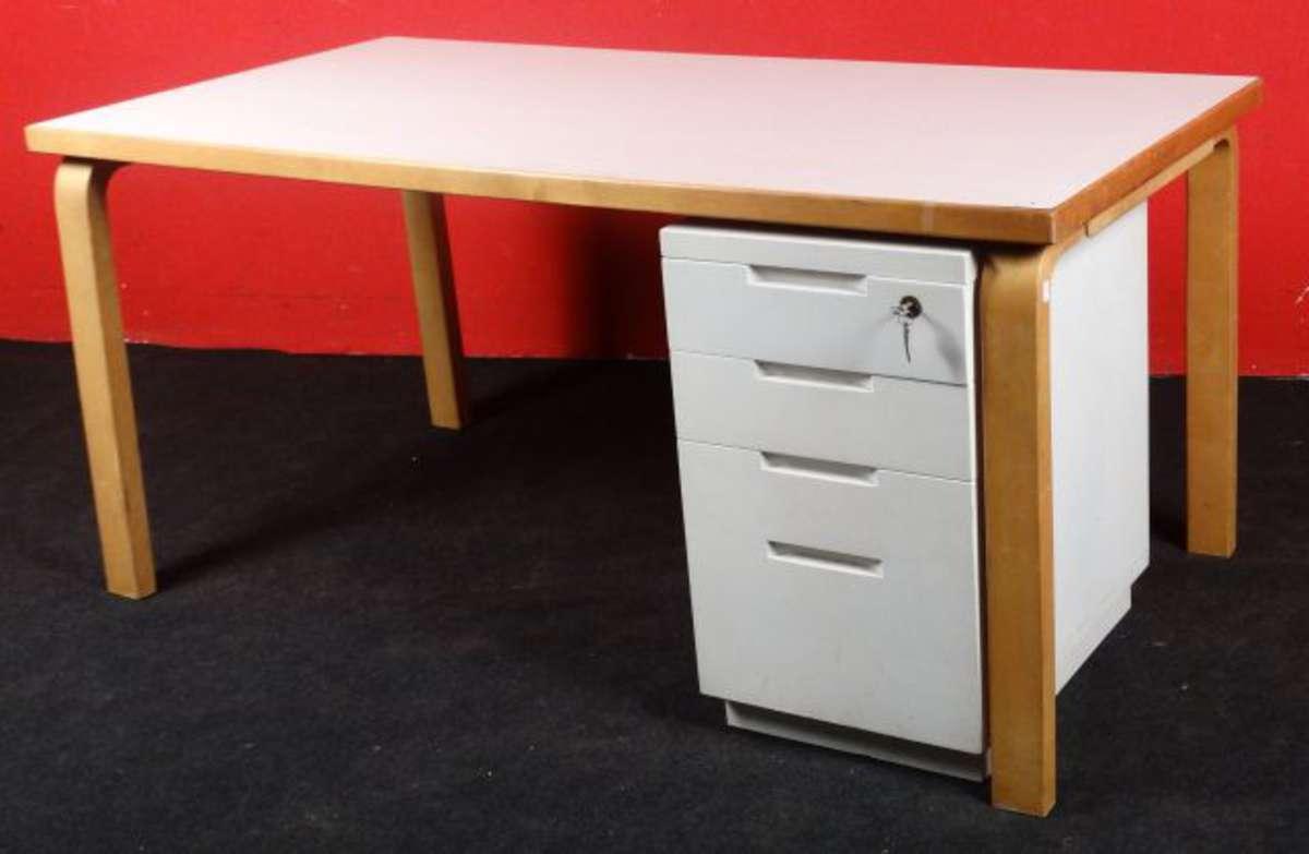 Aalto bureau plat à dessus plaqué de formica blanc les pieds en