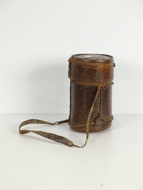 Ancienne et très jolie boîte de féticheur en écorce cerclée de rotin...