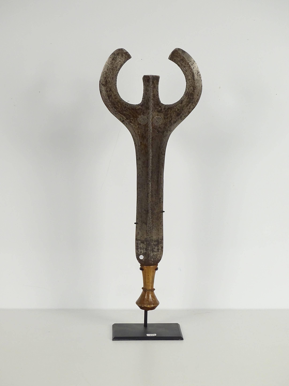 Ancien et grand couteau en bois et métal. La lame en double faucille...