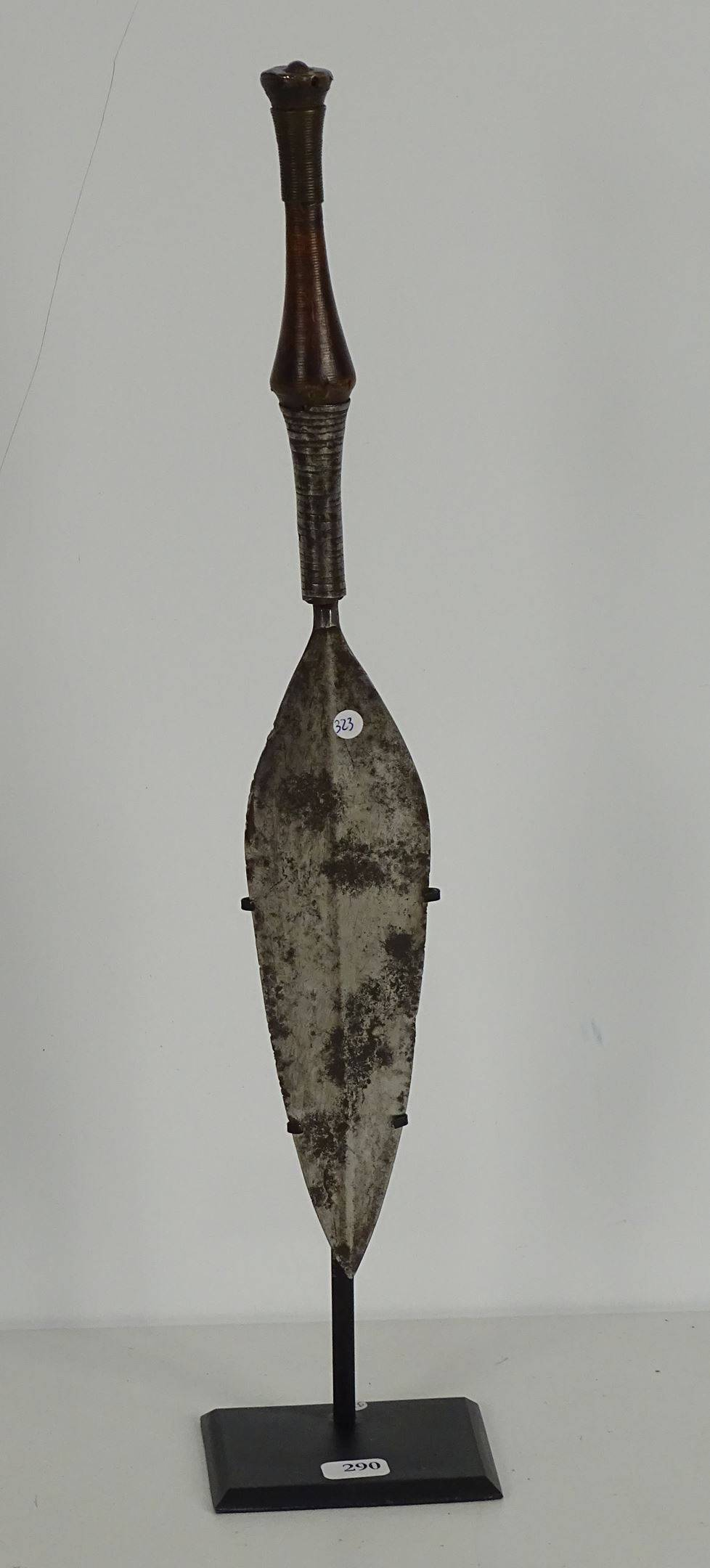 Ancien et très fin couteau de guerrier en métal bois et fil de laiton. La...