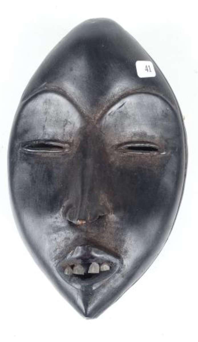 Ancien masque de course aux yeux en amande. Dents en métal. Belle patine de...