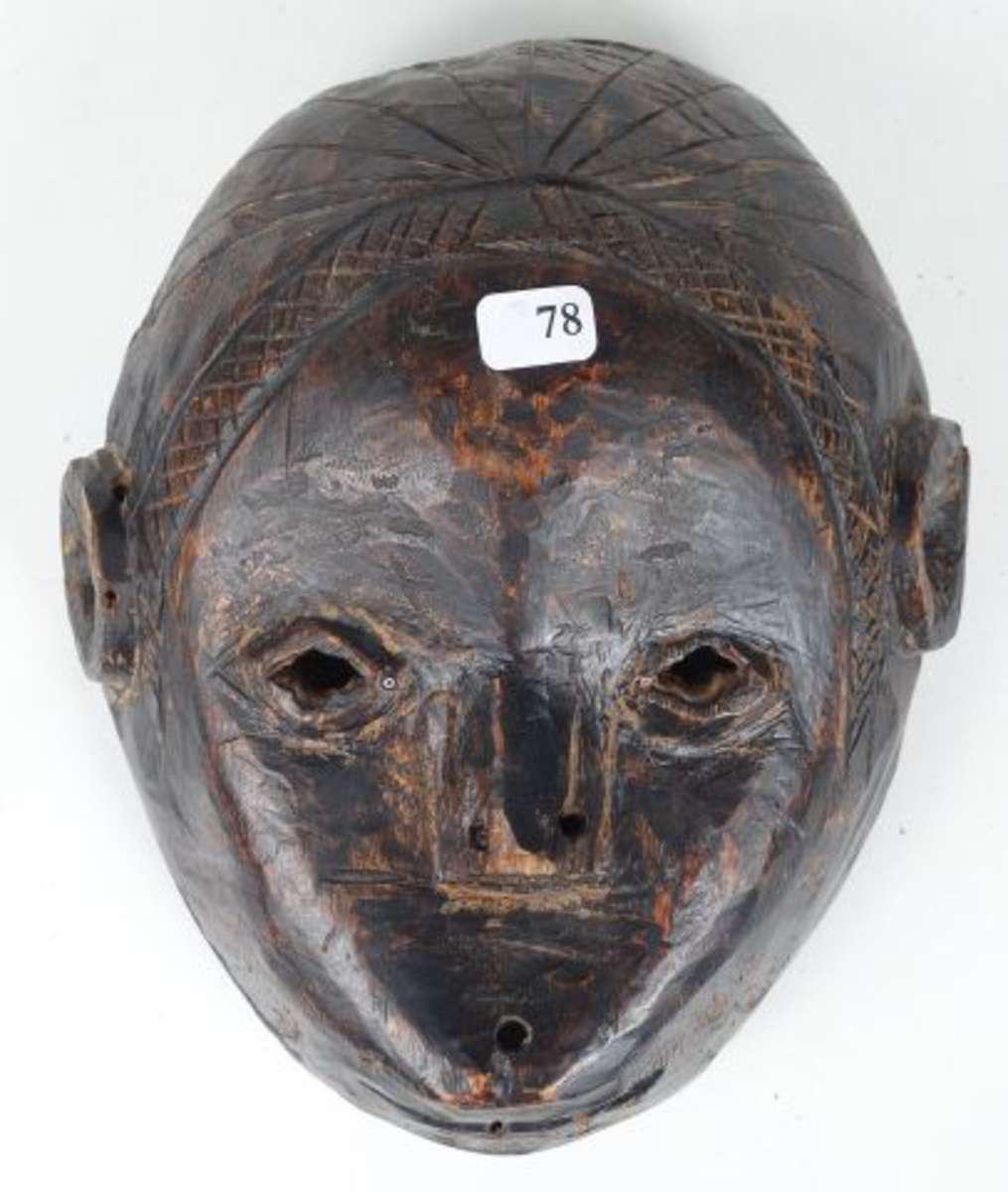 Charmant et ancien petit masque de danse en bois dur laqué noir. Inclusion...