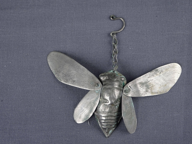 Très rare et ancien cache-flammes en argent en forme de cigale aux ailes...
