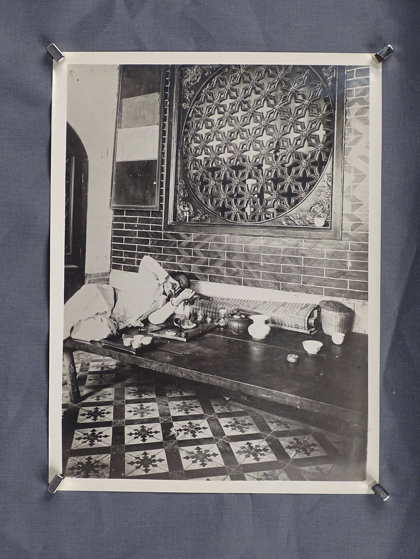 Photo d'un fumeur d'opium dans son intérieure. Chine 1930. Dimension 17cm x...