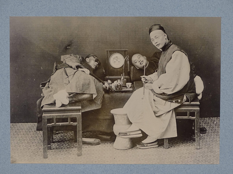 Photo d'une scène de fumerie à trois personnages. Chine vers 1900. Ancien...