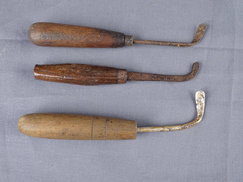Trois anciens racloirs à fourneau en bois et métal. L 5 et 6 cm. Chine