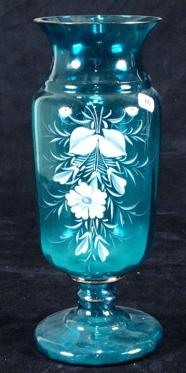 vase en verre bleu turquoise maill de fleurs blanches xix ht 28 5 cm vente aux ench res. Black Bedroom Furniture Sets. Home Design Ideas