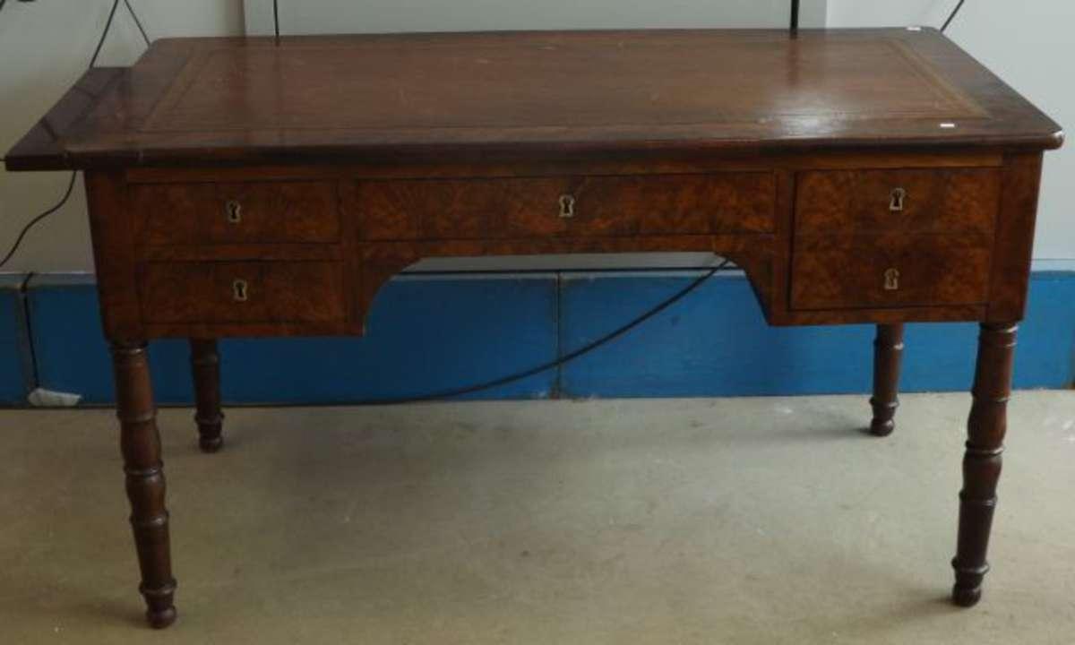 bureau en acajou il pr sente un caisson deux tiroirs un tiroir faisant coffre un tiroir. Black Bedroom Furniture Sets. Home Design Ideas