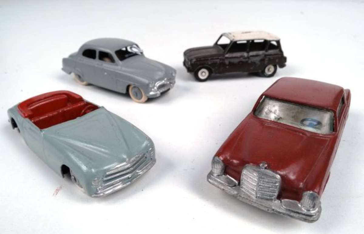 dinky toys lot de 4 voitures repeintes dont simca 9 aronde vente aux ench res jouets. Black Bedroom Furniture Sets. Home Design Ideas