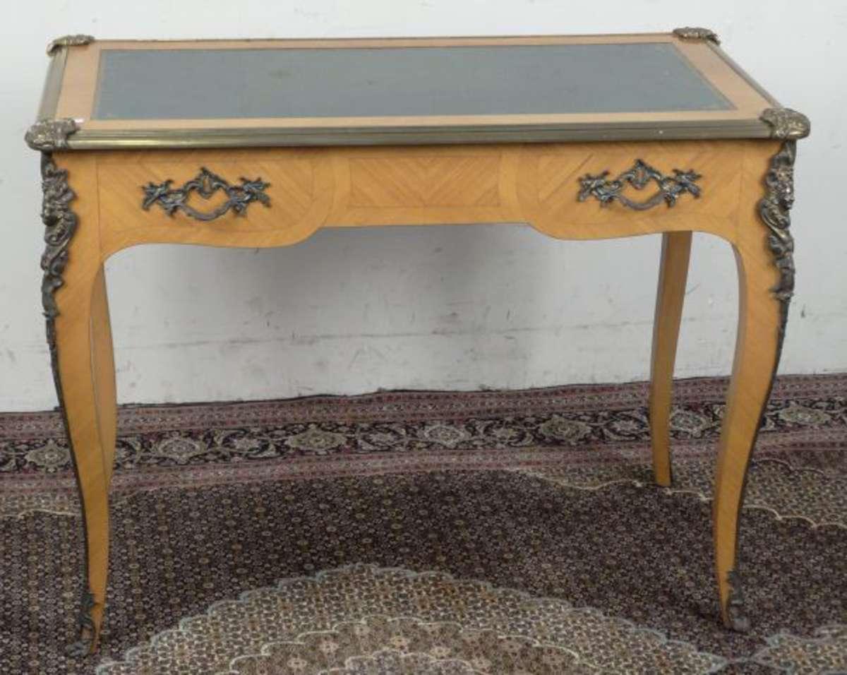 bureau de dame en placage de bois de rose deux tiroirs en ceinture pieds galb s plateau. Black Bedroom Furniture Sets. Home Design Ideas