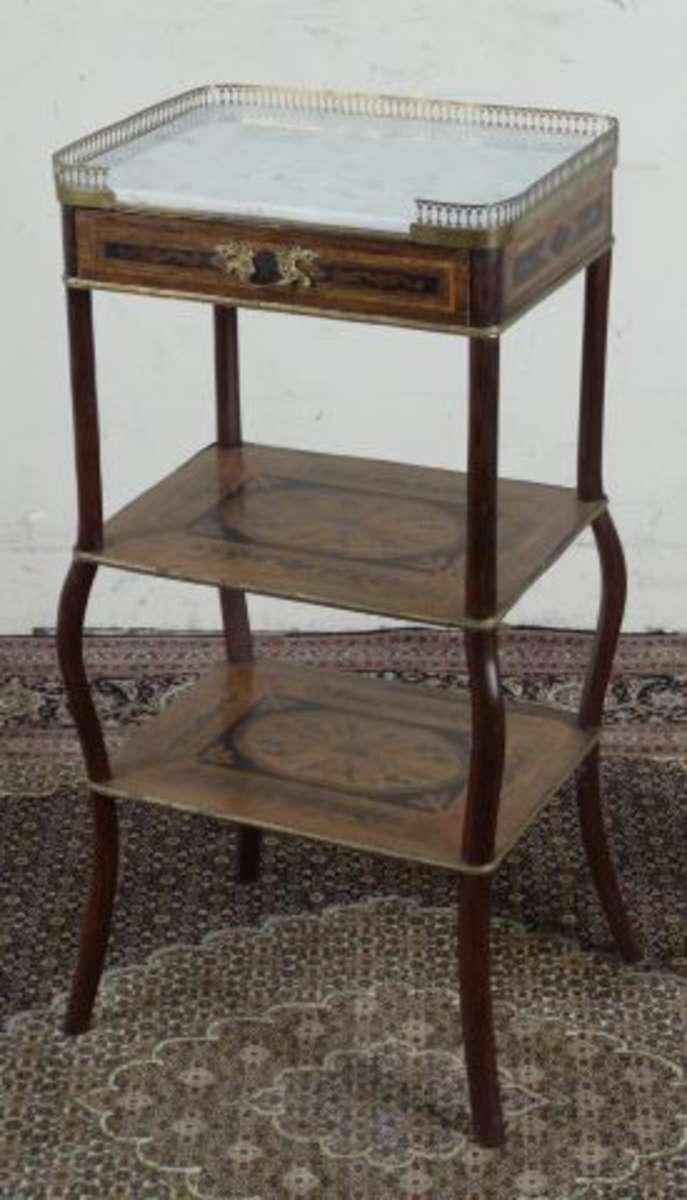 table d 39 appoint en marqueterie elle ouvre un tiroir en ceinture les pieds fusel s et galb s. Black Bedroom Furniture Sets. Home Design Ideas