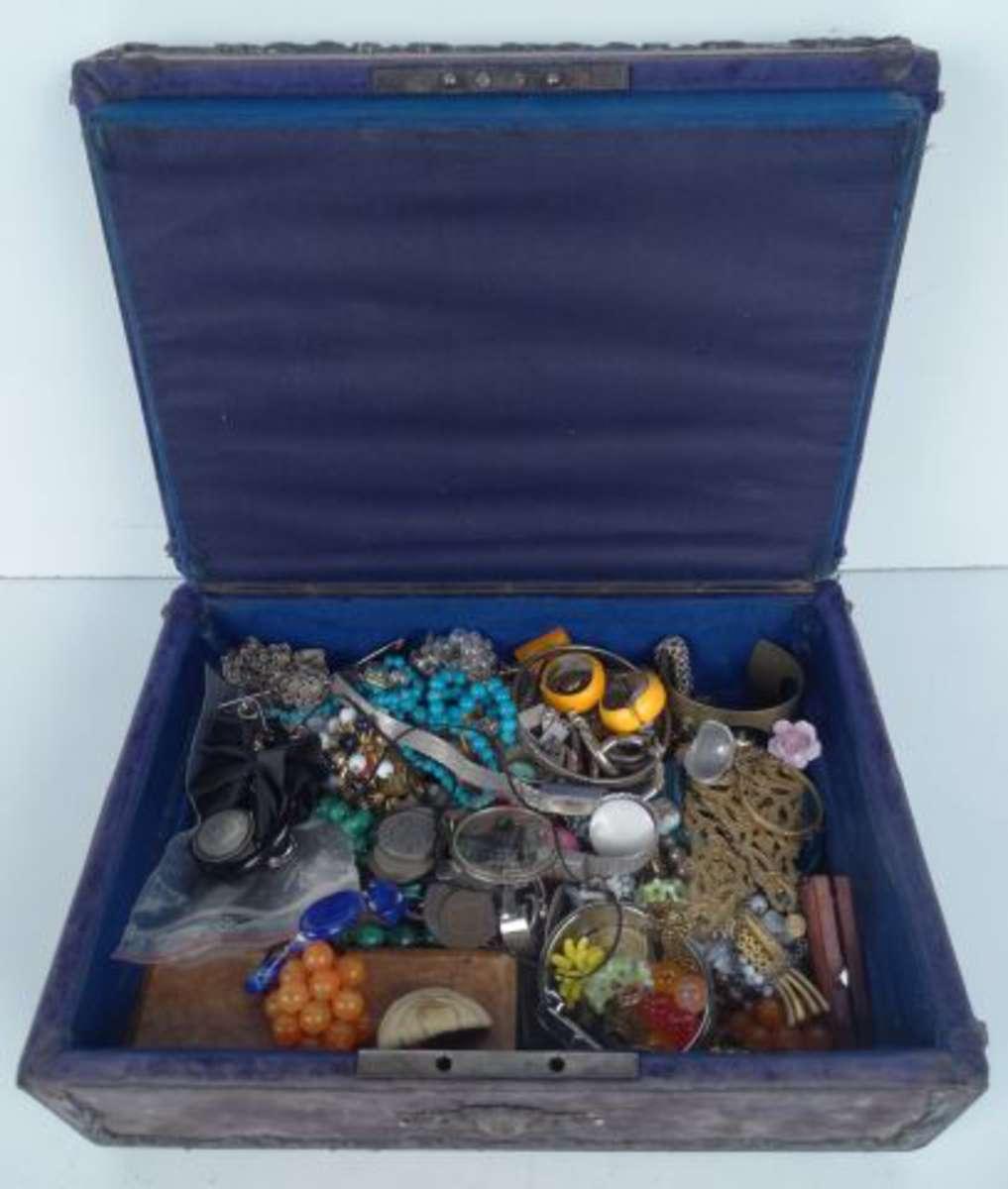 Fort lot de bijoux fantaisie dans un écrin à bijoux XIXè