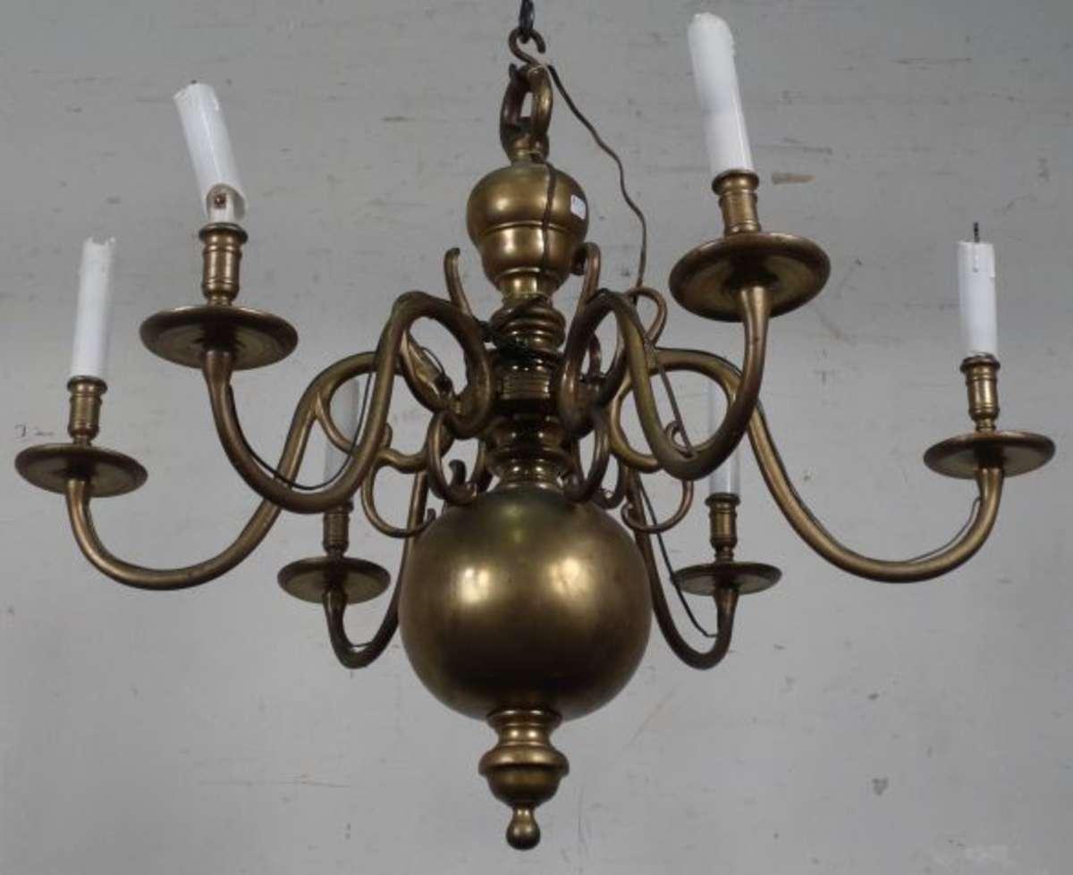 lustre de style hollandais six bras de lumi res mont s clavettes sur un f t balustre. Black Bedroom Furniture Sets. Home Design Ideas