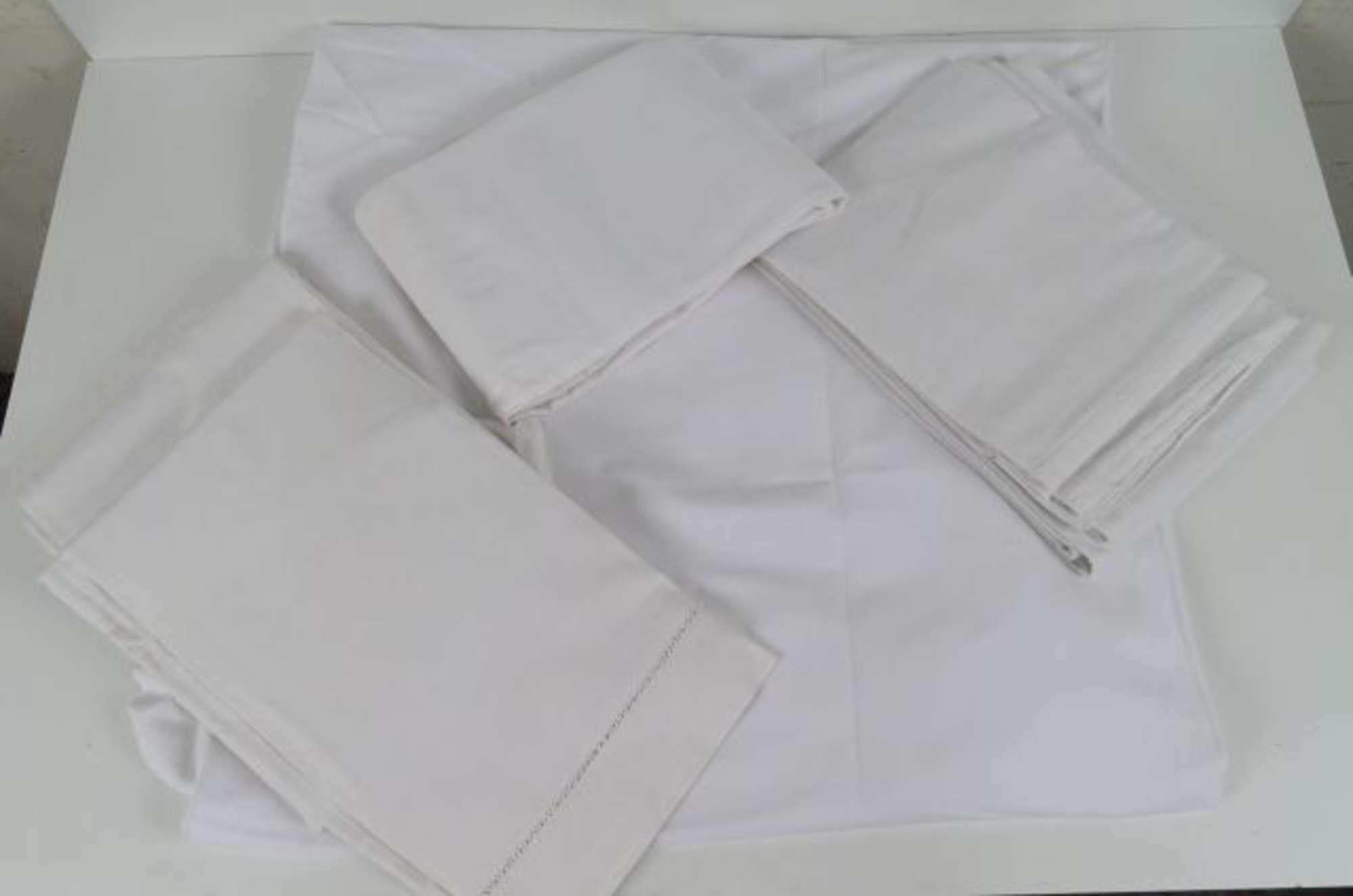 Important lot de 22 draps anciens en coton,