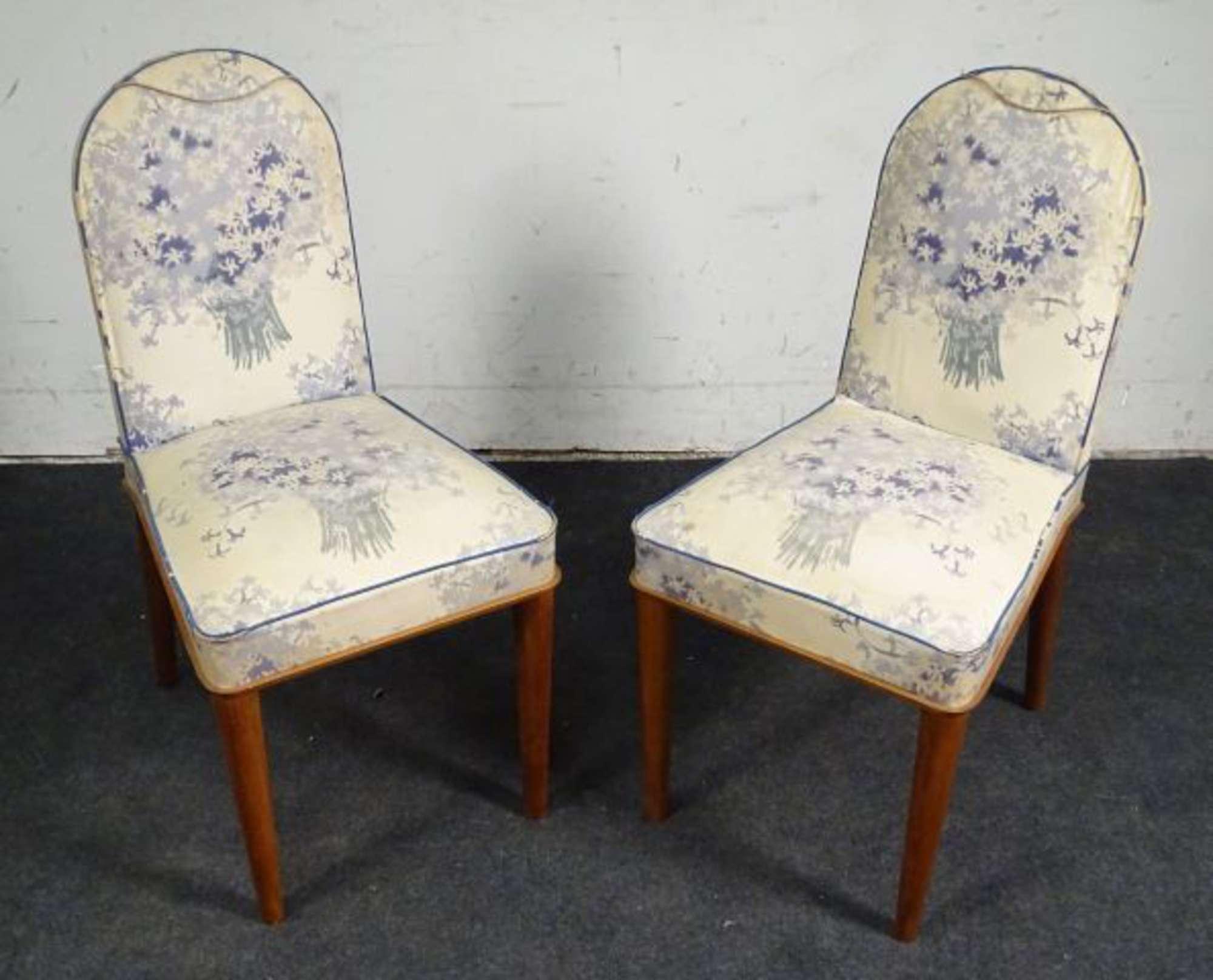 Deux chaises de chambre en bois naturel, le dossier ogival et l ...
