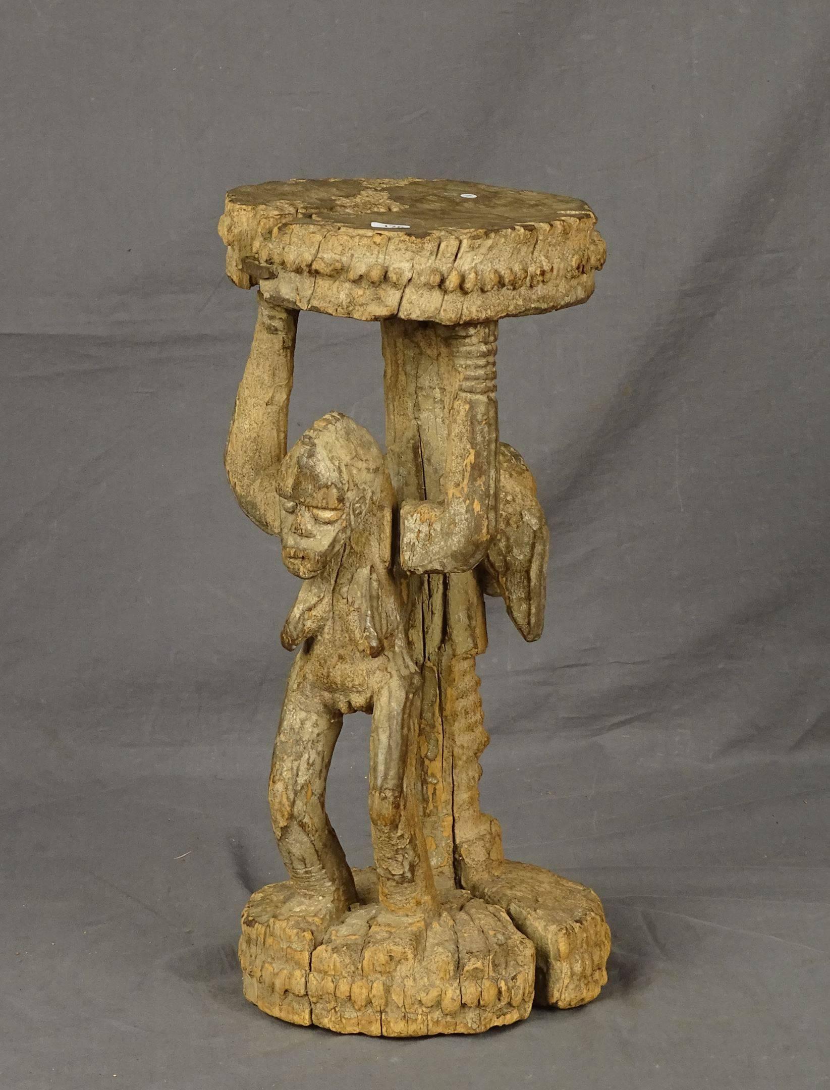 Ancien autel ou tabouret à cariatides en bois dur représentant d'un côté...