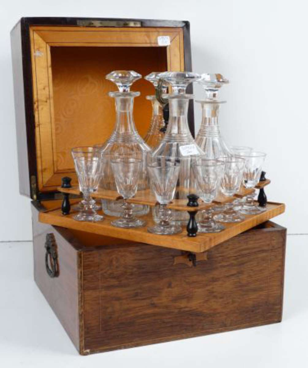 cave liqueur en placage de palissandre et marqueterie de citronnier l 39 int rieur garni de son. Black Bedroom Furniture Sets. Home Design Ideas