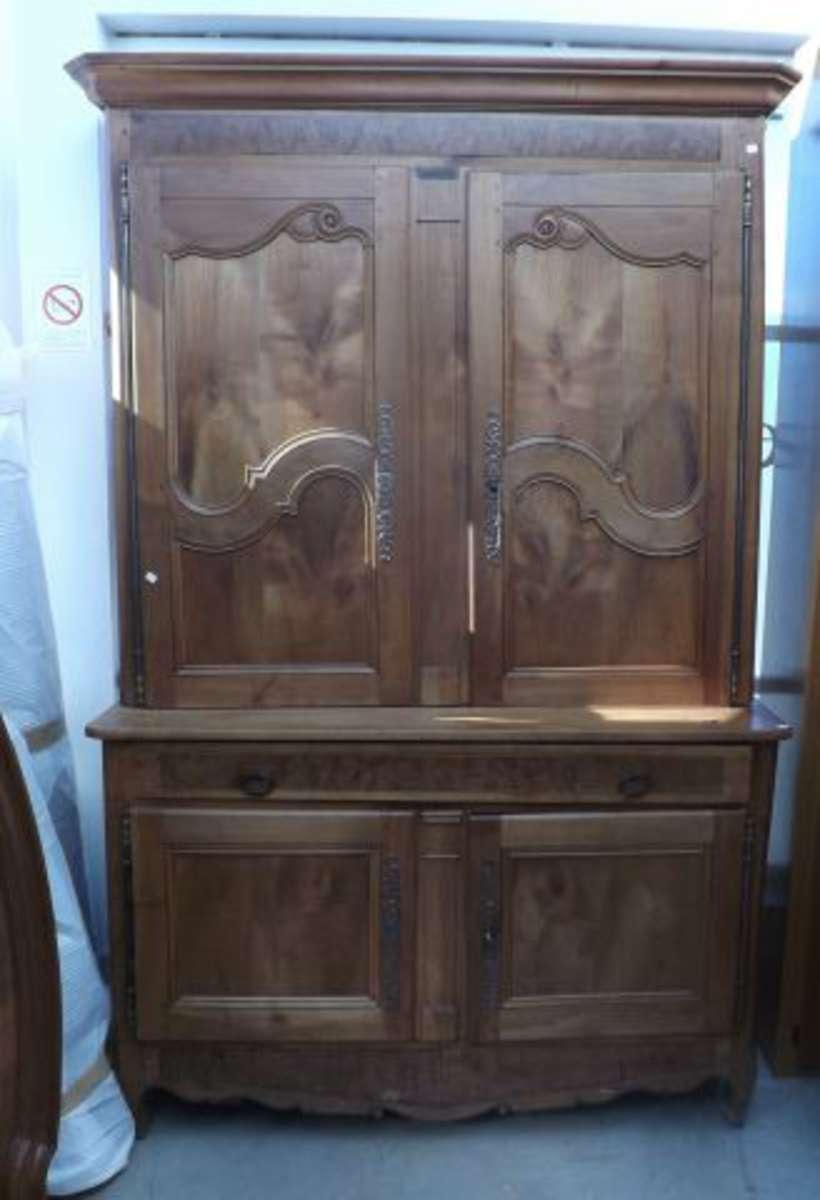 buffet deux corps en bois fruitier et placage de ronce il ouvre quatre portes et deux tiroirs. Black Bedroom Furniture Sets. Home Design Ideas