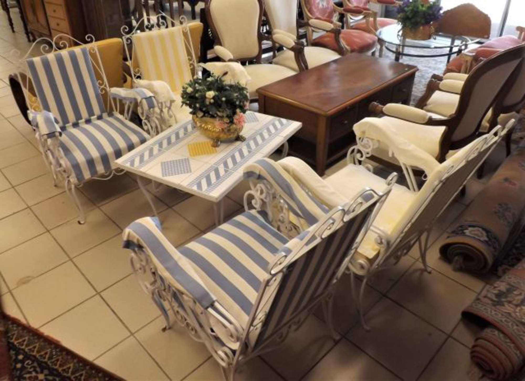 Salon de jardin en fer forgé laqué blanc, il comporte une table et 4 ...