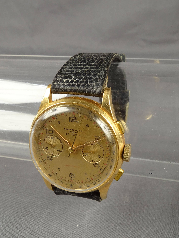Montre chronographe, boitier en or et bracelet cuir (usagé). Poids brut...