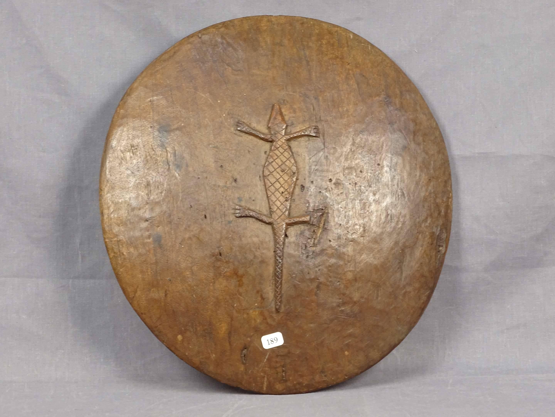 Ancien petit bouclier circulaire de guerrier en bois dur, curieusement...