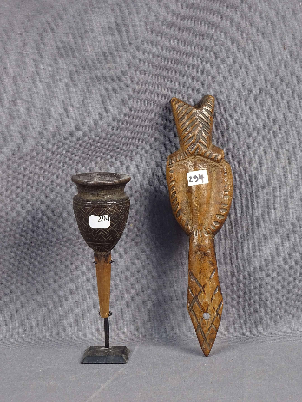 Charmant petit ancien clister en bois décoré de motifs géométriques, auquel...