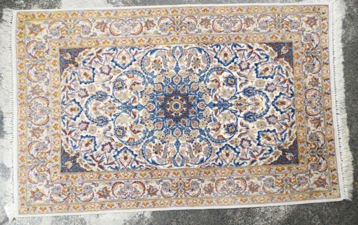 tapis nain laine et coton le champ blanc meubl de rinceaux v g taux anim d 39 oiseaux bordure. Black Bedroom Furniture Sets. Home Design Ideas
