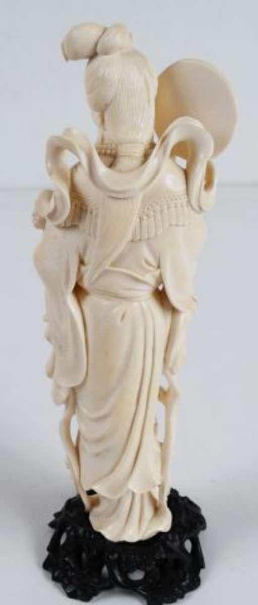 kwanin au miroir sujet en ivoire chine h 22 5 cm vente aux ench res art d asie. Black Bedroom Furniture Sets. Home Design Ideas