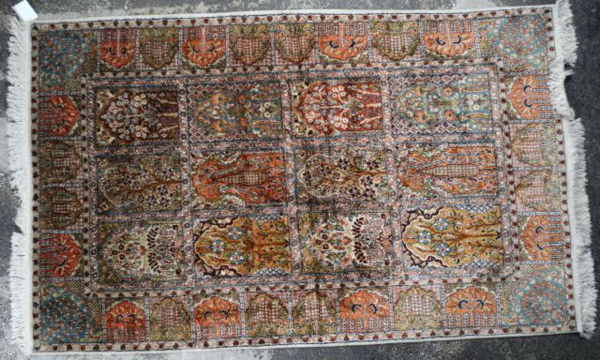 tapis cachemire indien d cor en damier de mihrab garni de cipres et d 39 arbres de vie 197 x 122 cm. Black Bedroom Furniture Sets. Home Design Ideas