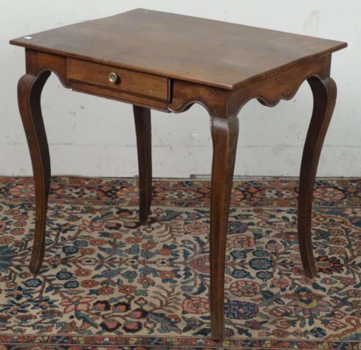 table cabaret en bois fruitier elle ouvre un tiroir dans la ceinture sinueuse les pieds. Black Bedroom Furniture Sets. Home Design Ideas