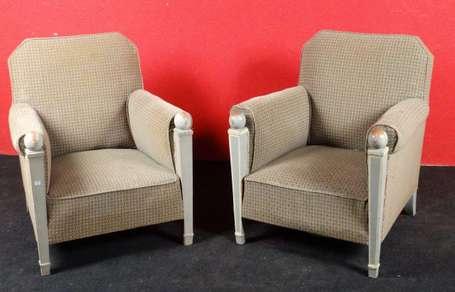 paire de fauteuils confortables les montants d 39 accotoirs. Black Bedroom Furniture Sets. Home Design Ideas