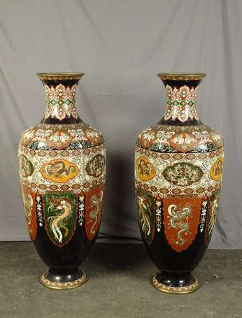 JAPON - Paire d'importants vases balustres sur