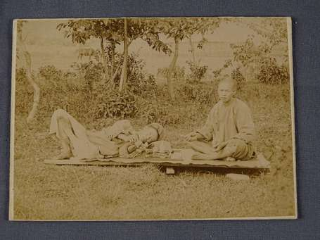 Photo d'un fumeur d'opium en plein air vers 1900.