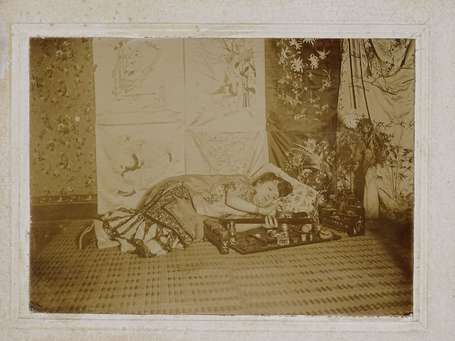 Photo de fumeuse d'opium allongée. Chine.