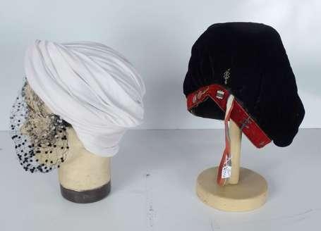 faluche ancienne en velours noir et rouge orn e de. Black Bedroom Furniture Sets. Home Design Ideas