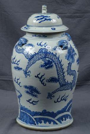 CHINE - Potiche couverte en porcelaine, décor en
