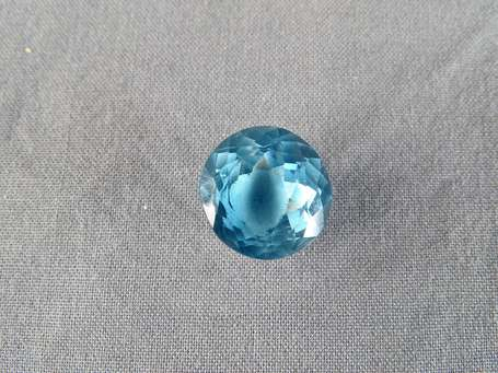 Topaze bleue, taille ovale 16,24 ct