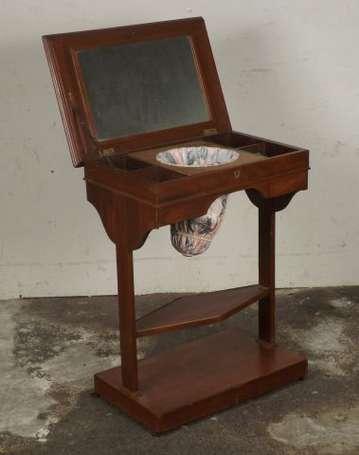 petite table ouvrage en acajou le plateau d 39 un miroir d couvre un casier elle ouvre deux. Black Bedroom Furniture Sets. Home Design Ideas