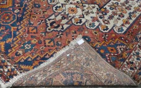 tapis bakhtiar en laine et coton le champ rouge cartouches contourn s et coin ons blanc et. Black Bedroom Furniture Sets. Home Design Ideas